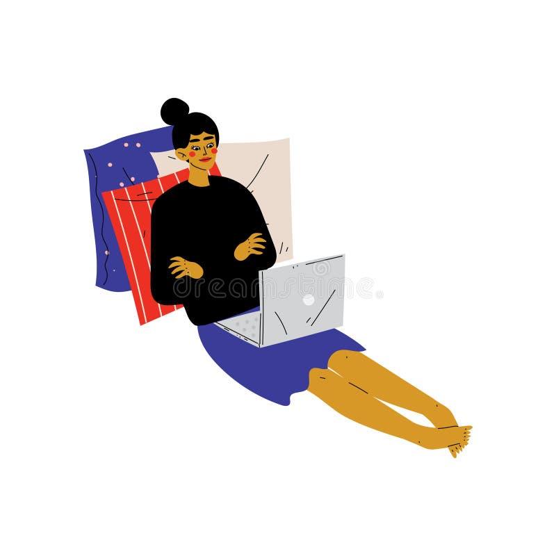 Meisjeszitting op Vloer met Laptop, Jonge Vrouw die of thuis het Gebruiken van Computer Vectorillustratie werken ontspannen stock illustratie