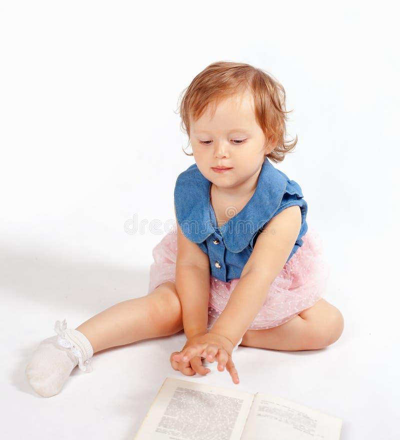 Meisjetribunes op de boeken royalty-vrije stock foto's