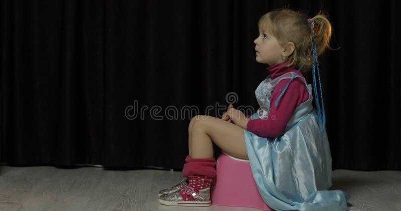 Meisjezitting op onbenullige en het letten op TV stock fotografie