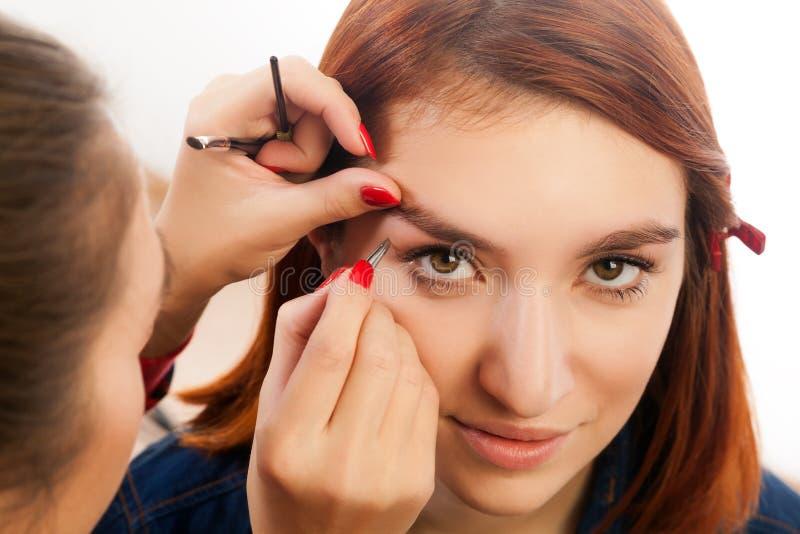 Meister auf dem Augenbrauenarbeiten stockbilder
