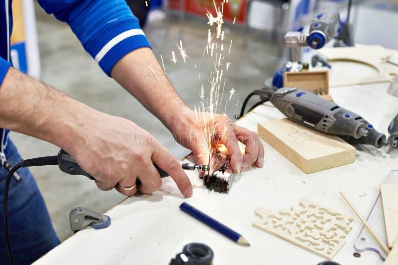 Meister an den Arbeitssägen vom Metall stockfotos