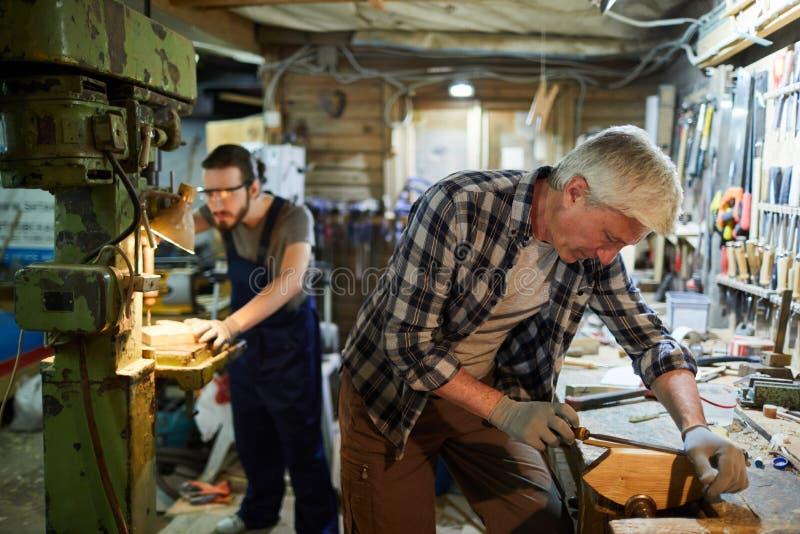 Meister in der Werkstatt stockbild