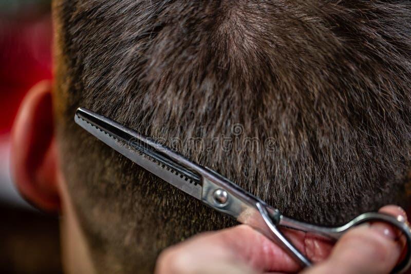 Meister schneidet das Haar des Mannes im Salon Scheren, Roschetsk-Nahaufnahme Konzeptfrisur, Haarschnitt, Schönheit stockbilder