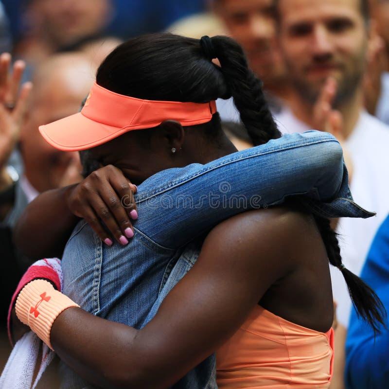 Meister Sloane Stephens des US Open 2017 von Vereinigten Staaten R feiert Sieg mit ihrer Mutter nach ihrem Endspiel stockfoto