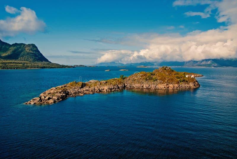 Meisterwerke der Natur Steiniges umgebenes Meerwasser der Insel in Norwegen Beste in Norwegen zu besuchende Naturpl?tze meerblick stockbilder
