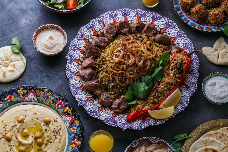 Mejadra или рис с чечевицами с shish kebab в традиционной плите стоковые изображения rf