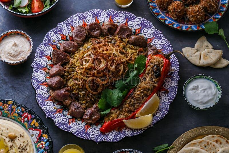 Mejadra или рис с чечевицами с shish kebab в традиционной плите стоковое фото