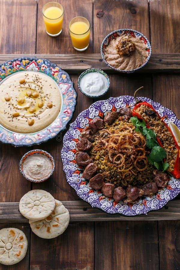 Mejadra с hummus, kashke bademjan и пита, деревянной предпосылкой стоковые изображения rf