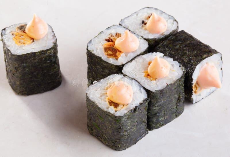 Mejillones del sushi del maki del rollo imagenes de archivo