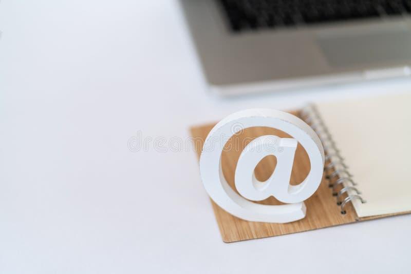 Mejlsymbol framme av ett begrepp för bärbar datordatortangentbord för email, kommunikation eller kontakt oss fotografering för bildbyråer