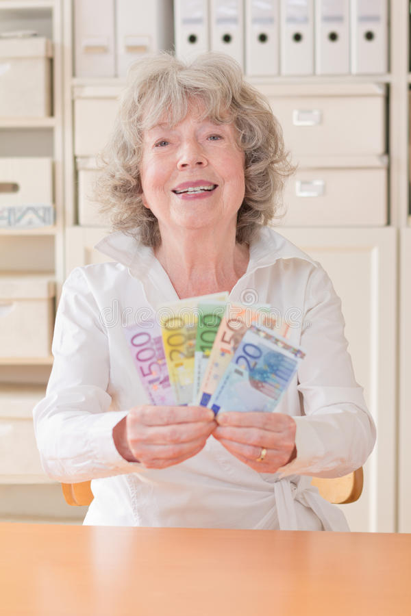 Mejor ager sonriente con el dinero imagenes de archivo