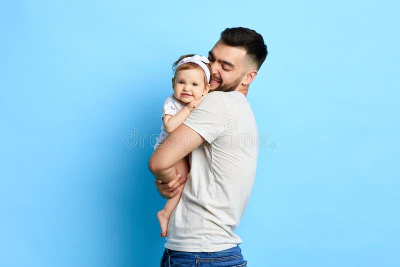 Mejor papá que cuida que abraza a su hija foto de archivo libre de regalías