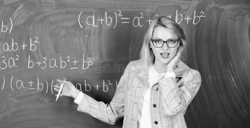 Mejora con la educaci?n El ense?ar casero Mujer feliz De nuevo a escuela D?a de los profesores profesor en la lecci?n de la escue fotos de archivo