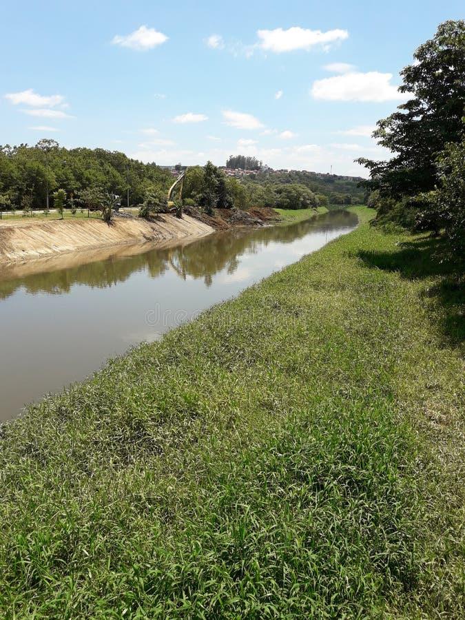 Mejoras del Riverbank en un día soleado foto de archivo libre de regalías