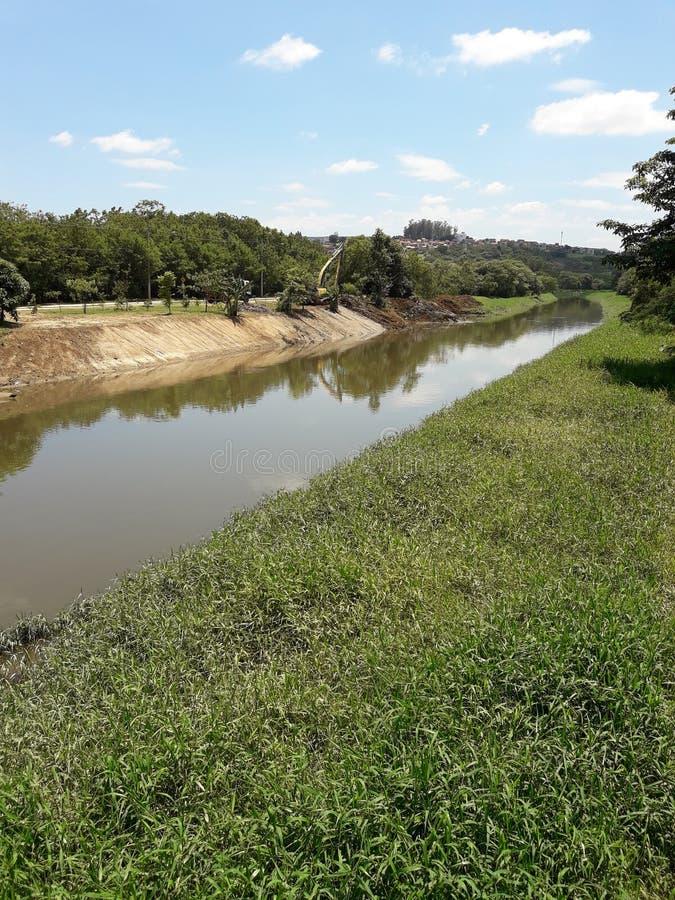 Mejoras del Riverbank en un día soleado imagen de archivo libre de regalías