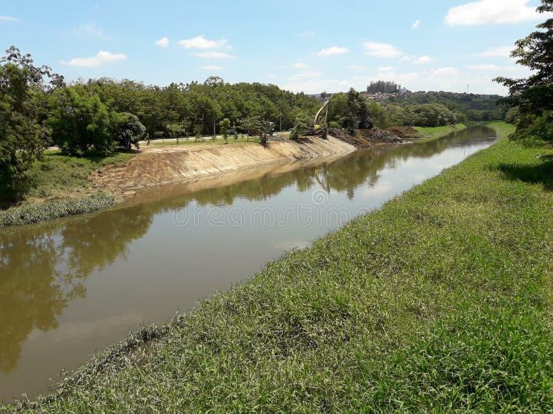 Mejoras del Riverbank en un día soleado fotos de archivo