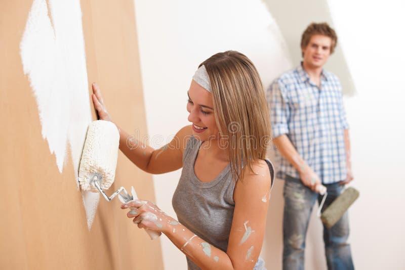 Mejoras para el hogar: Hombre joven y mujer imágenes de archivo libres de regalías