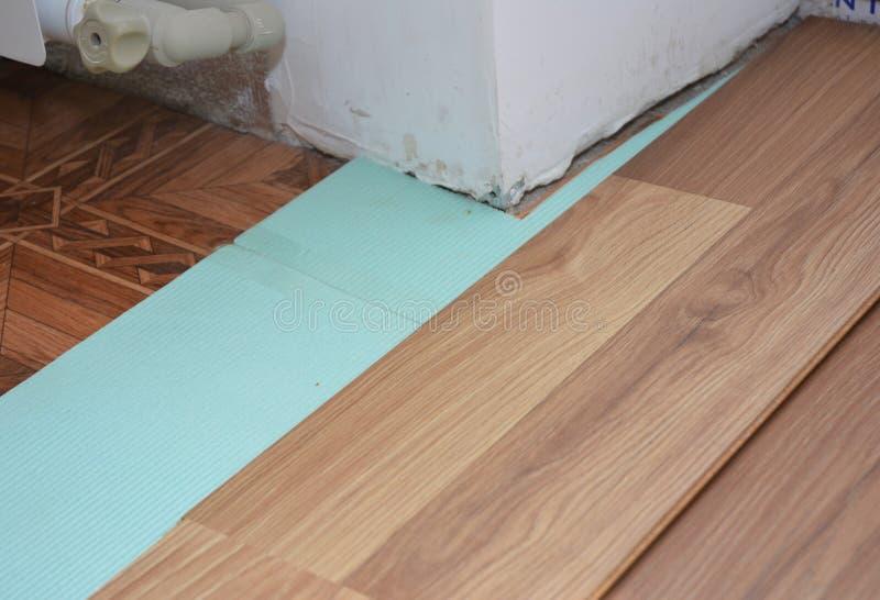 Mejoras para el hogar - instalación del suelo laminado en áreas problemáticas foto de archivo libre de regalías