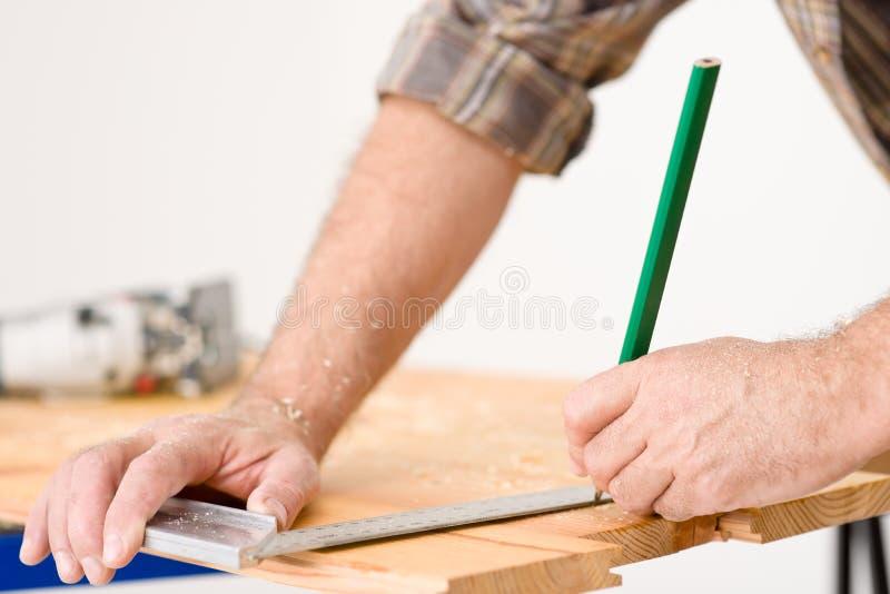 Mejoras para el hogar - primer de la madera de medición imagen de archivo libre de regalías