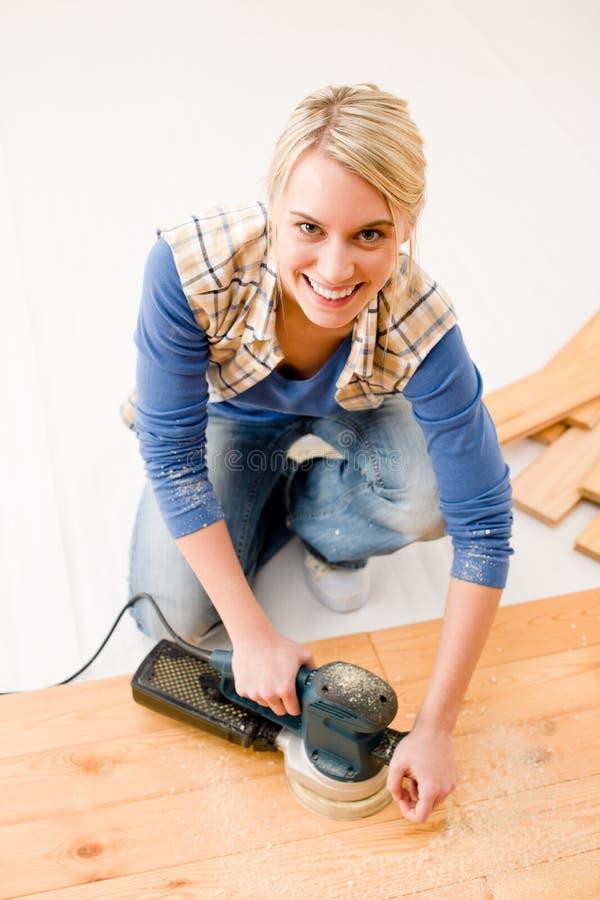 Mejoras para el hogar - suelo de madera que enarena handywoman imágenes de archivo libres de regalías