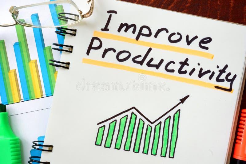 Mejore la productividad escrita en una libreta imágenes de archivo libres de regalías