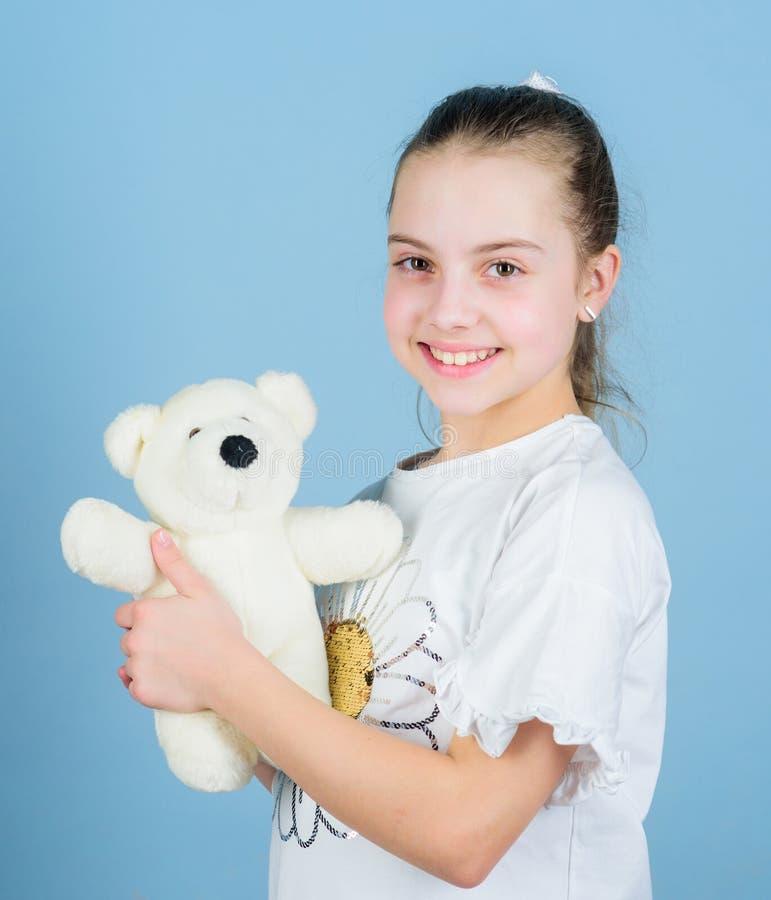 Mejores amigos Amigo imaginario Juego de la niña con el oso de peluche suave del juguete Niñez feliz Cuidado de niños Niñez dulce fotografía de archivo libre de regalías