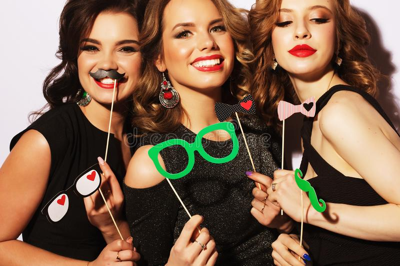 Mejores amigos atractivos elegantes de las muchachas listos para el partido El vestido y brillantes negros componen fotografía de archivo libre de regalías