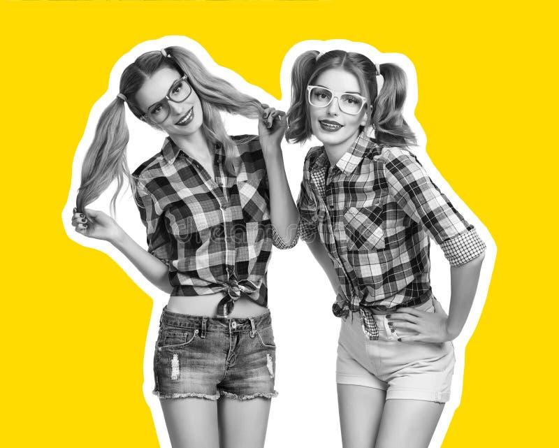 Mejores amigos de las hermanas de la mujer joven Revista del collage foto de archivo
