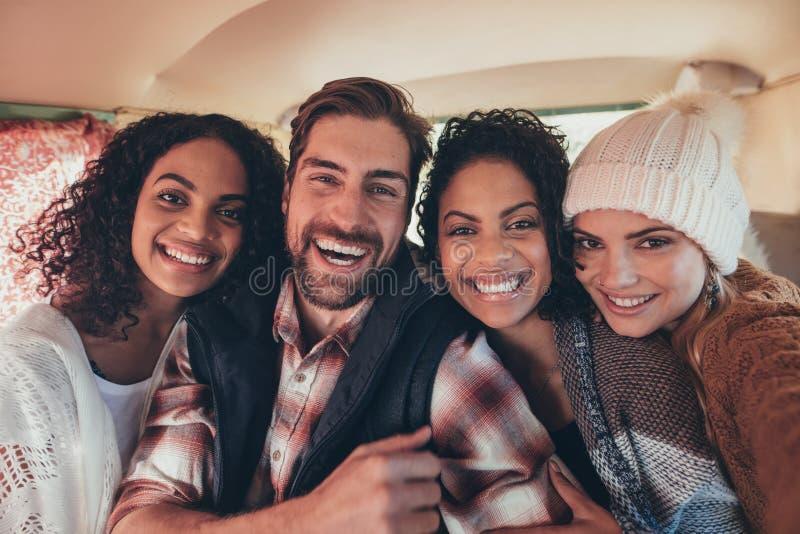 Mejores amigos en la furgoneta que toma el selfie foto de archivo
