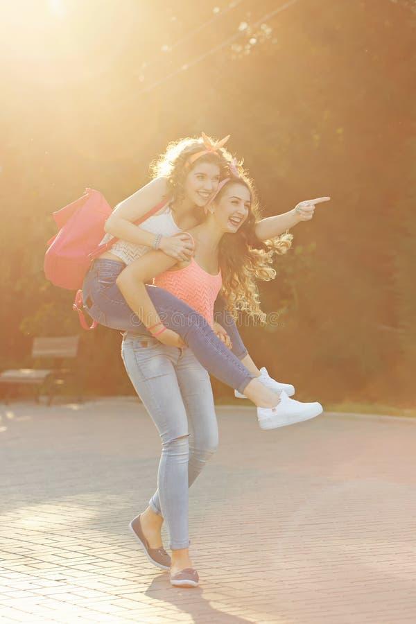 Mejores amigos Las muchachas llevan transporte por ferrocarril imágenes de archivo libres de regalías