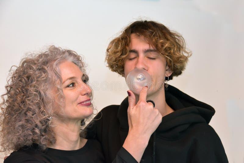Mejores amigos, madre e hijo adolescente foto de archivo libre de regalías