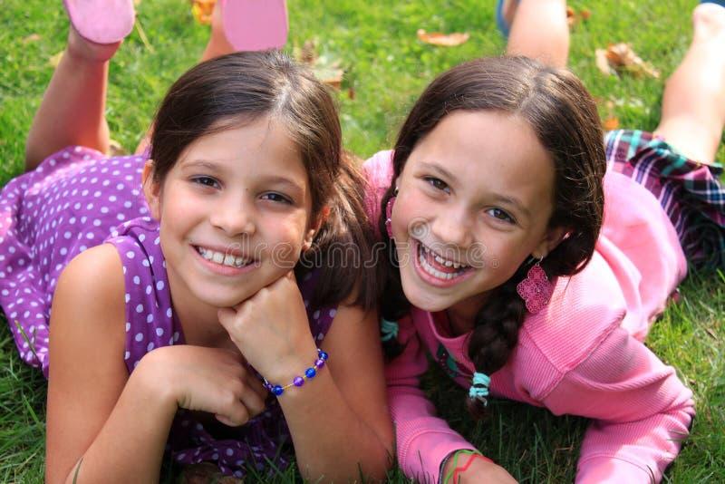 Mejores amigos o hermanas fotografía de archivo libre de regalías