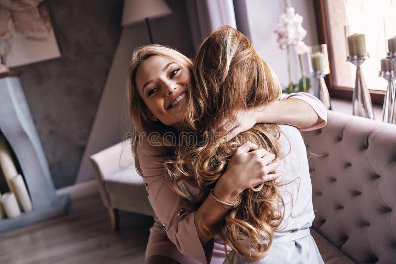 Mejores amigos Opinión superior mujeres jovenes atractivas en dre elegante imagenes de archivo