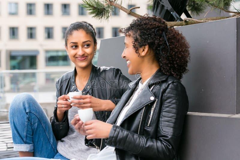 Mejores amigos que beben el café en ciudad fotografía de archivo