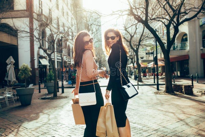Mejores amigos que hacen compras en la ciudad imagenes de archivo
