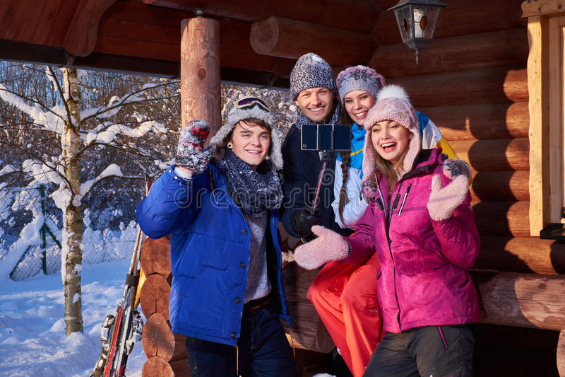 Mejores amigos que pasan vacaciones de invierno en la cabaña de la montaña foto de archivo libre de regalías