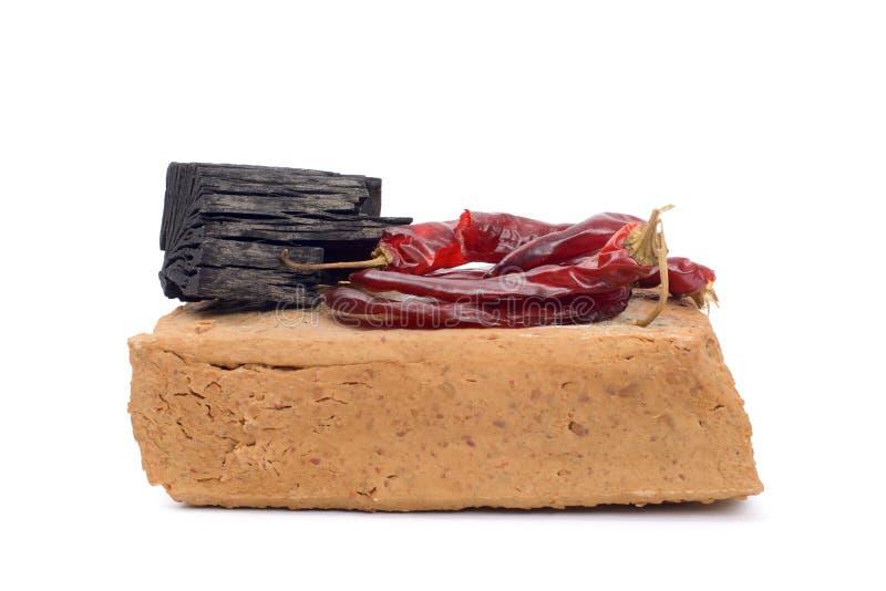 Meju e ingredientes básicos para fazer o doenjang foto de stock