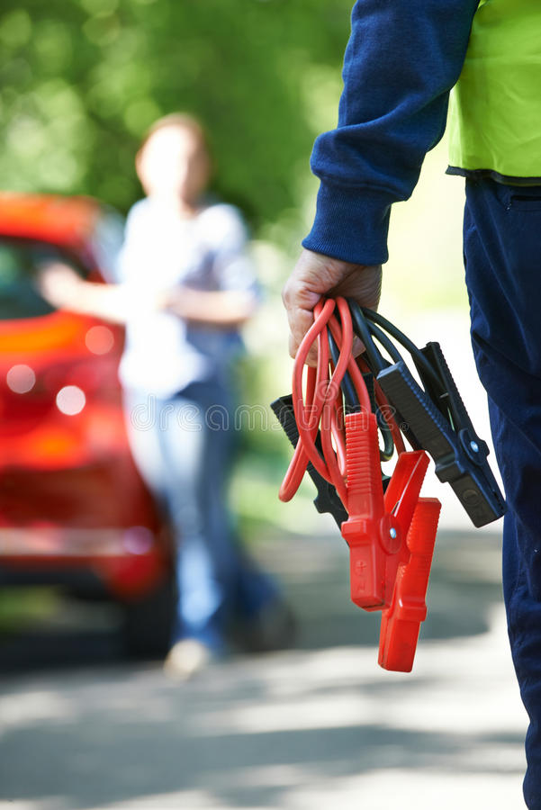 Mekaniker Attending Car Breakdown på landsvägen arkivfoto
