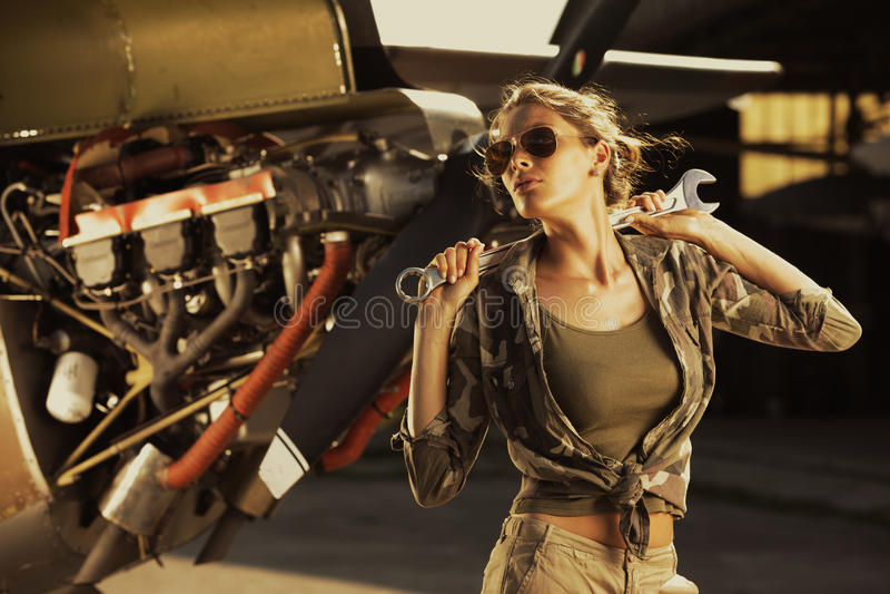 Mekaniker för modekvinnligflygplan royaltyfri bild