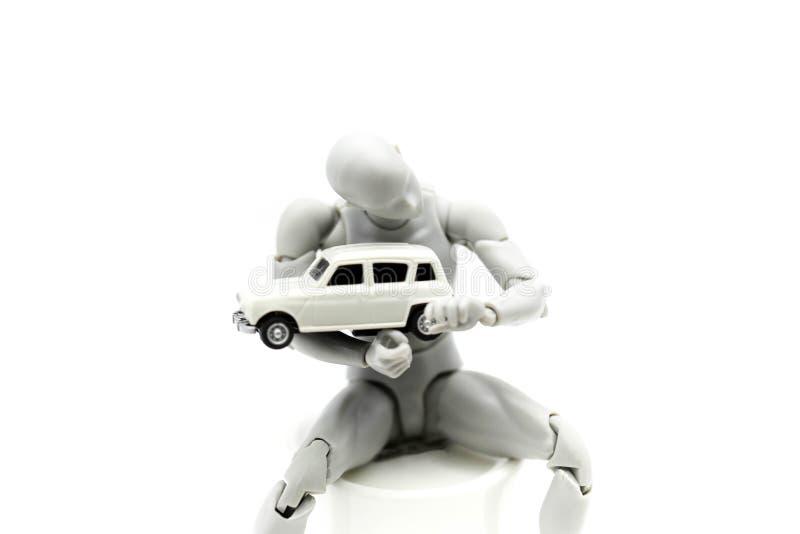 Mekaniker för modellkropprobot som reparerar en bil royaltyfria foton