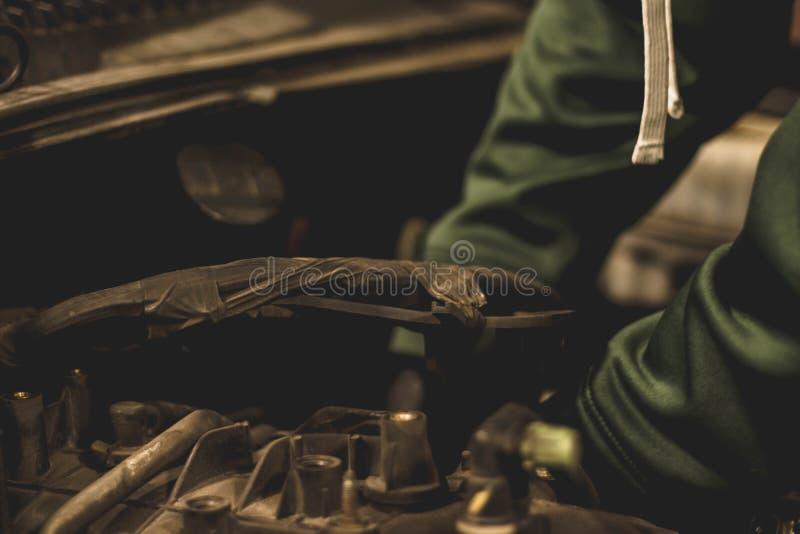 Mekaniker i motorrum av en SUV royaltyfri fotografi