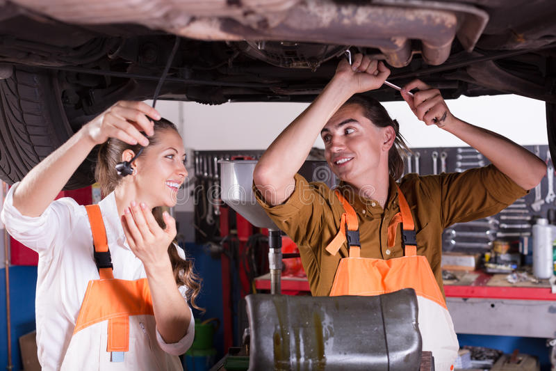 Mekaniker och assistent som arbetar på seminariet fotografering för bildbyråer