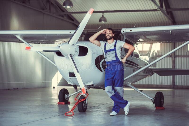 Mekaniker och flygplan arkivfoton