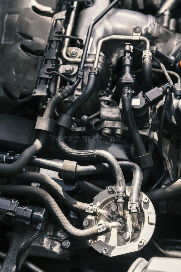 Mekaniker som arbetar på motorreparationer arkivbild