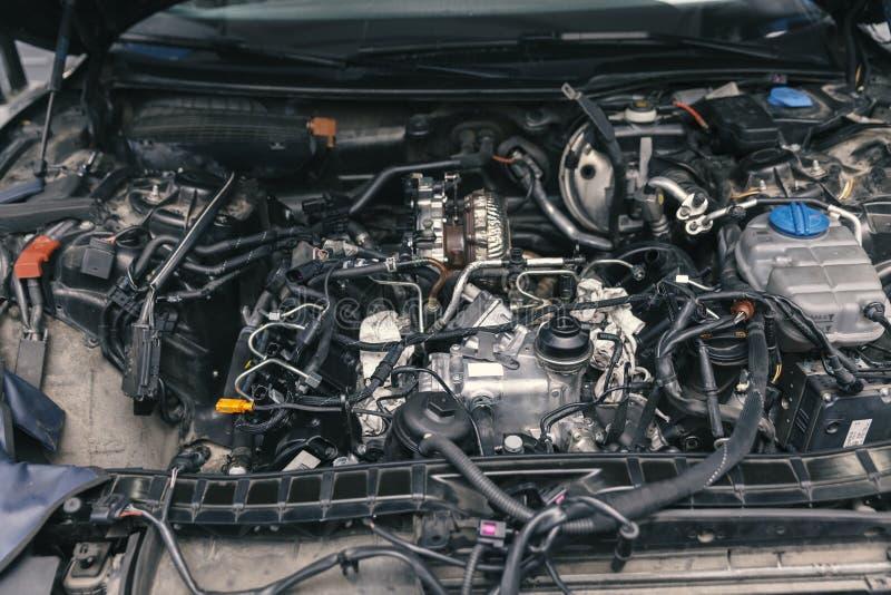 Mekaniker som arbetar på motorreparationer royaltyfria foton