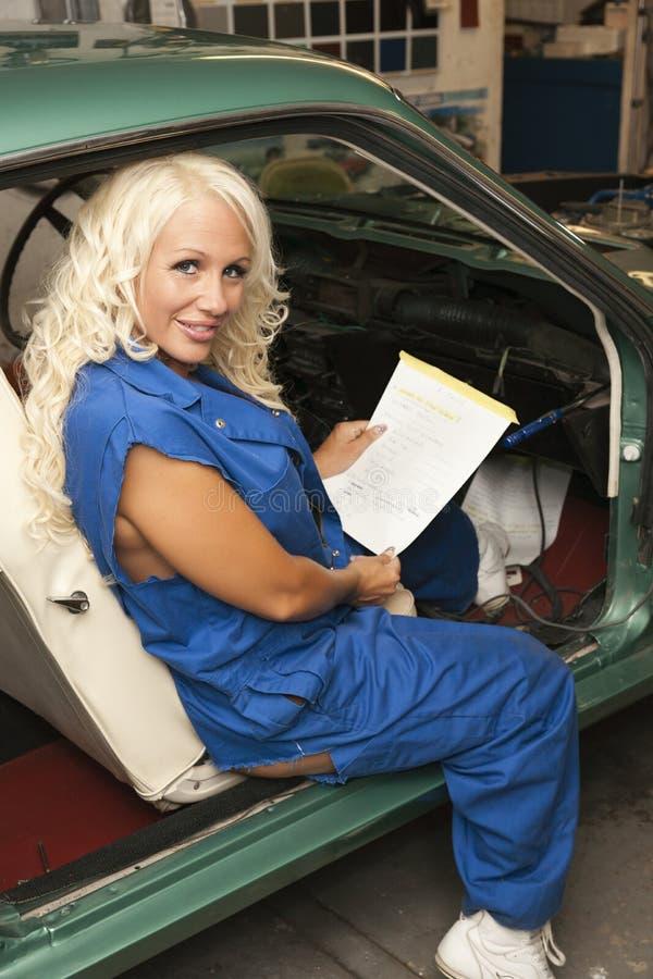 Mekaniker som fungerar inom bilen arkivbild