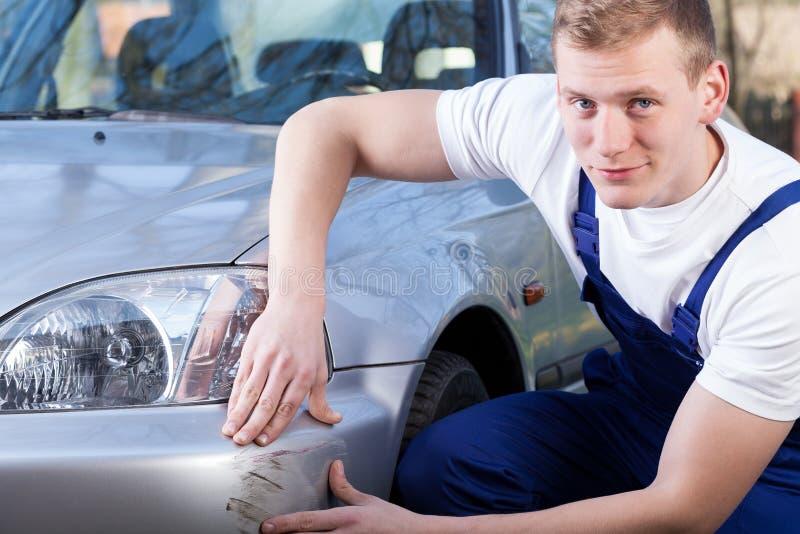 Mekaniker som reparerar att skrapa för bil royaltyfri bild