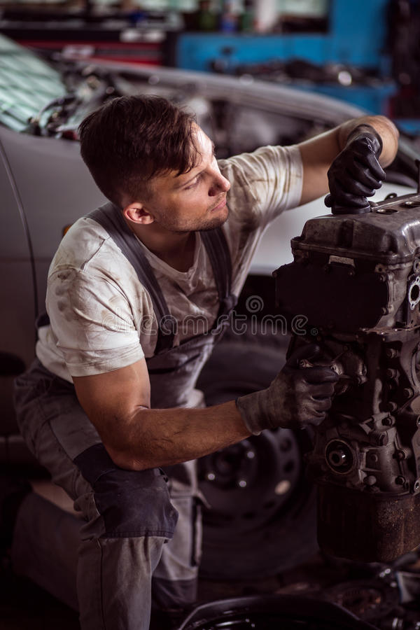 Mekaniker som reparerar motorn royaltyfri fotografi