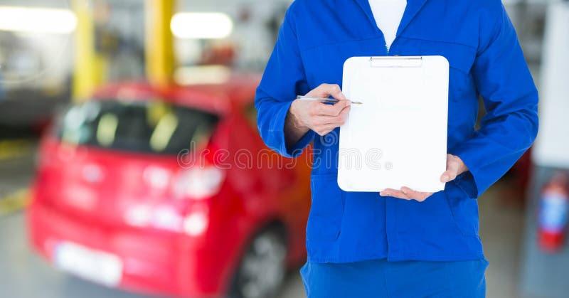 Mekaniker som visar en skrivplatta i garage stock illustrationer