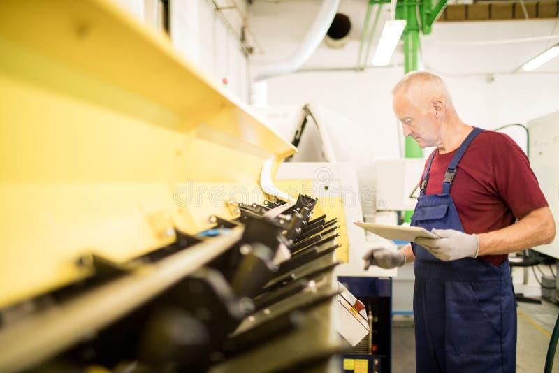 Mekanikerarbete på drejbänken fotografering för bildbyråer